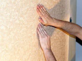 Як підготувати стіни до поклейки шпалер