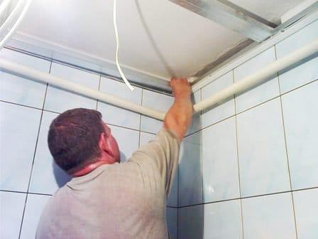 На фото схема возможных способов отделки потолка в ванной комнате