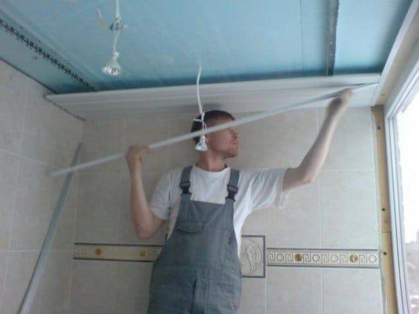 Потолок из пластика на балконе своими руками 15