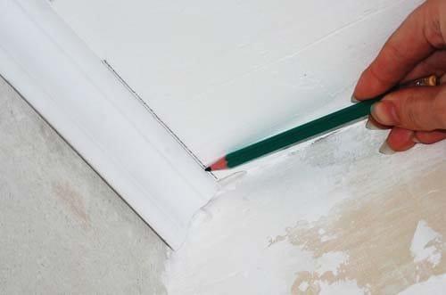 Как сделать угол потолочного плинтуса в домашних 1