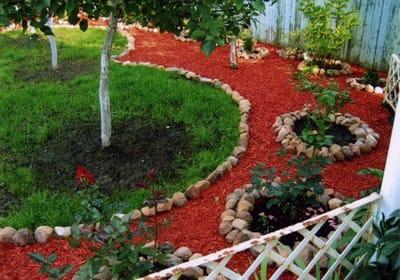 Декоративна деревна тріска: оформлення саду кольоровий мульчею