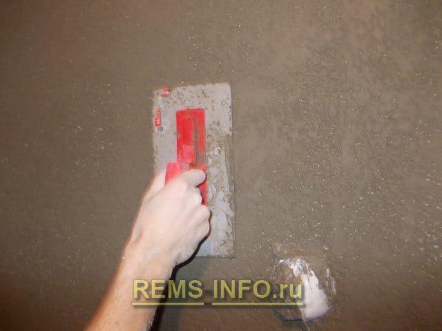Оздоблення стін декоративною штукатуркою: нанесення своїми руками, покроково +фото