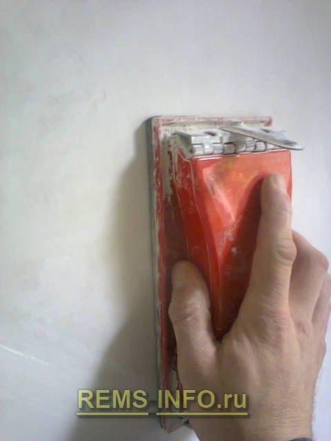 Фарбування стін водоемульсійною фарбою: тонкощі підготовки, правила роботи валиком і фарборозпилювачем.