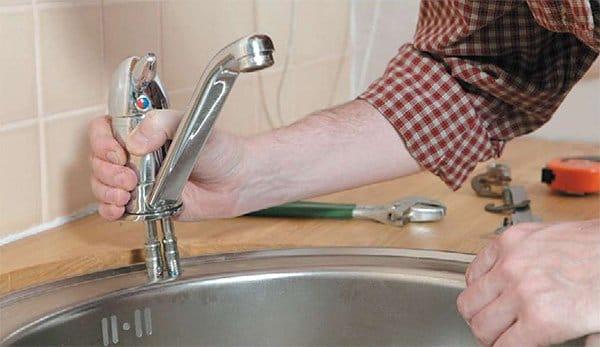 Как поменять кран на кухне своими руками