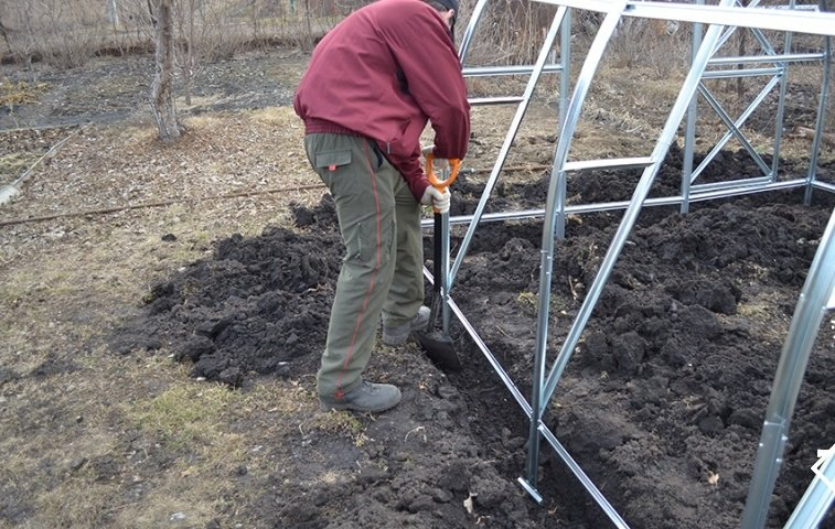 Як закріпити теплицю з полікарбонату до землі: інструкція
