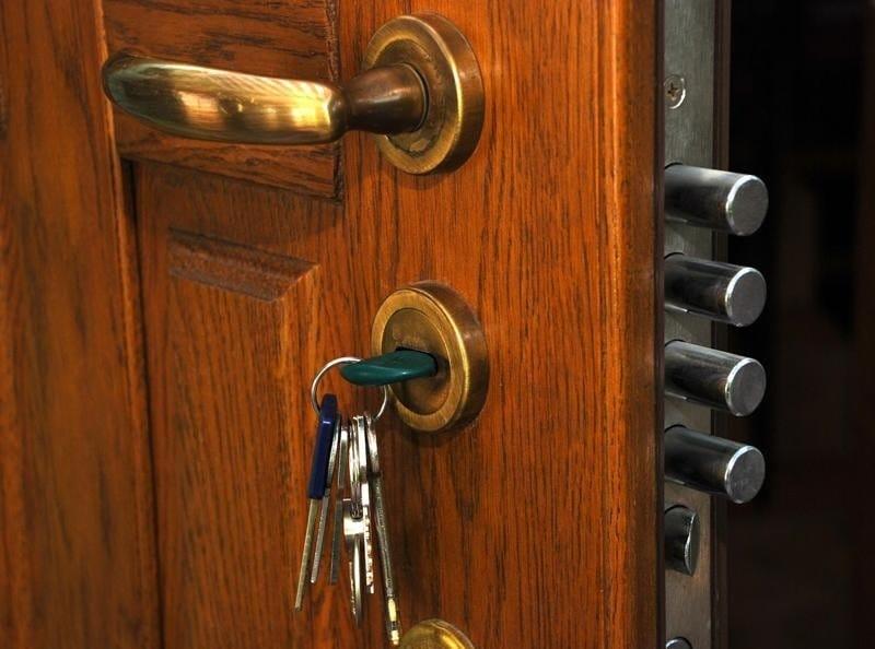 Як відкрити якщо двері заклинило замок – лайфхак