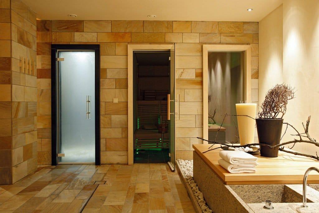 Скляні двері в сауну – характеристики, достоїнства, установка