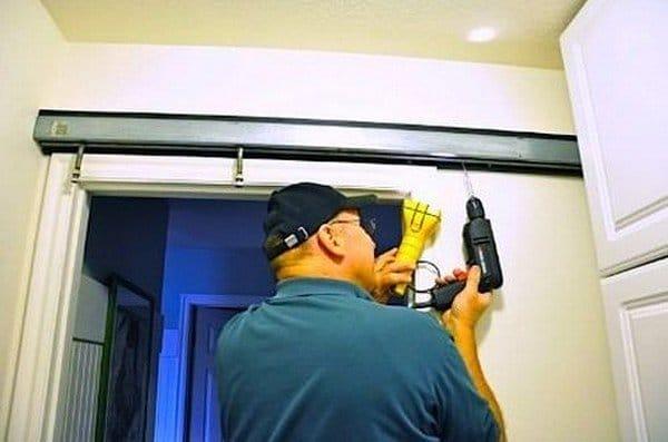 Двері купе в гардеробну – плюси і мінуси, установка, фото