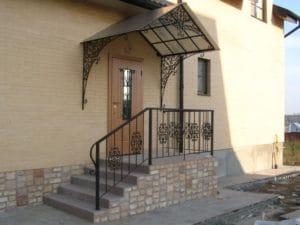Дашок над дверима – види, конструкції, матеріали