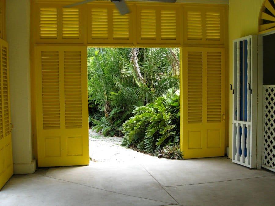 Жалюзійні двері – вибір і установка виробу