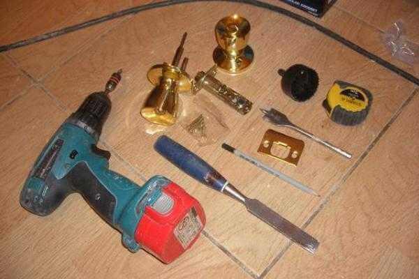 Як врізати замок в міжкімнатні двері – 2 варіанти установки для домашнього майстра