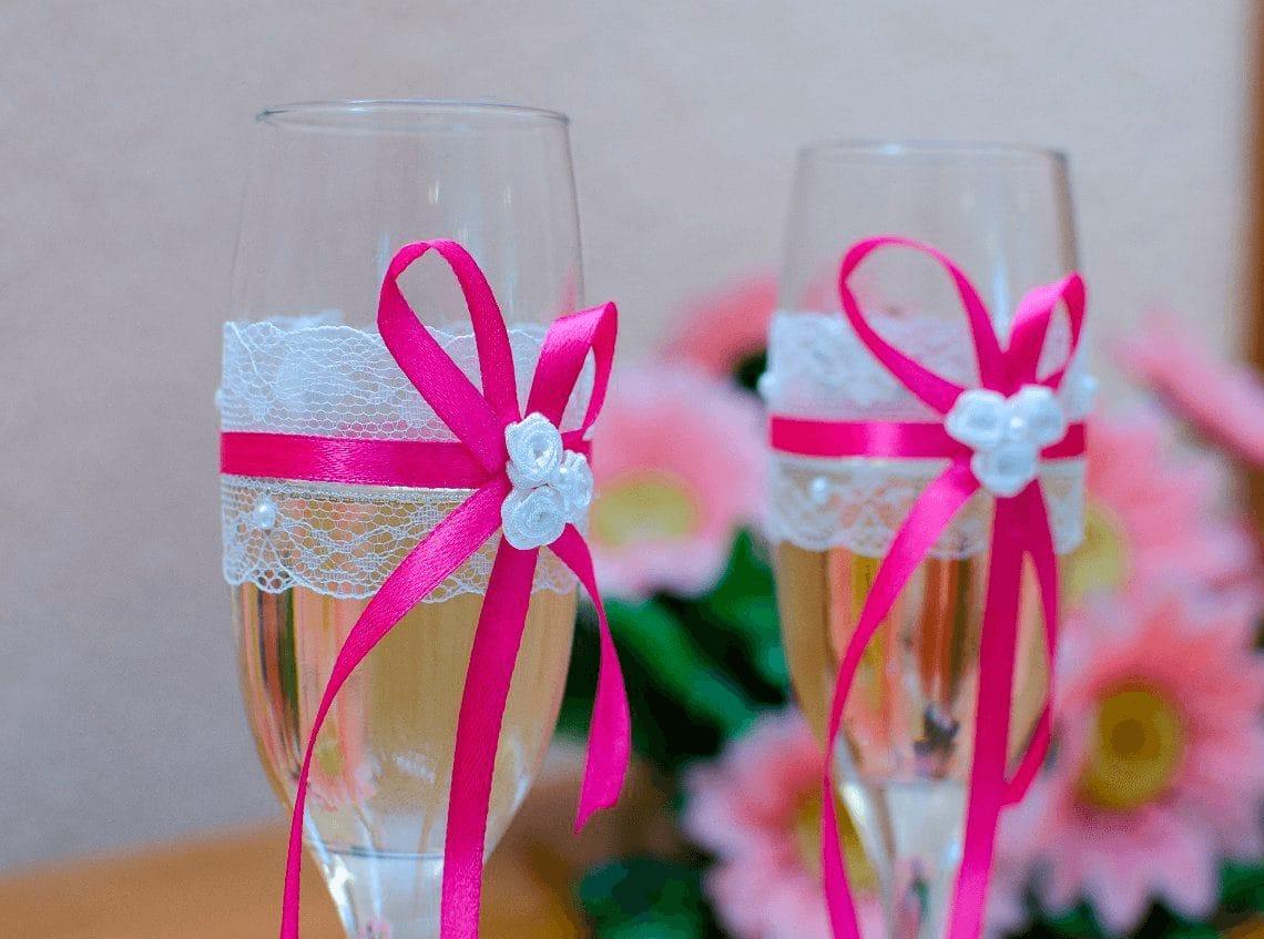 """Весільні келихи: фужер для молодят під шампанське, декор """"Білий лебідь"""" і """"Наречений і наречена"""", судини ручної роботи"""