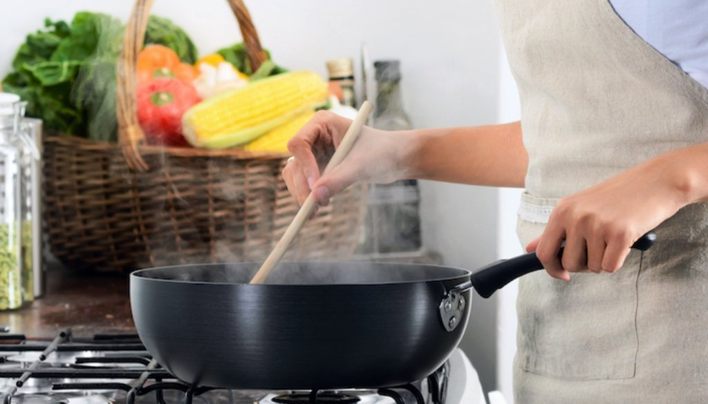 Тефлонова сковорода: як очистити від нагару всередині і зовні в домашніх умовах, як видалити тефлон