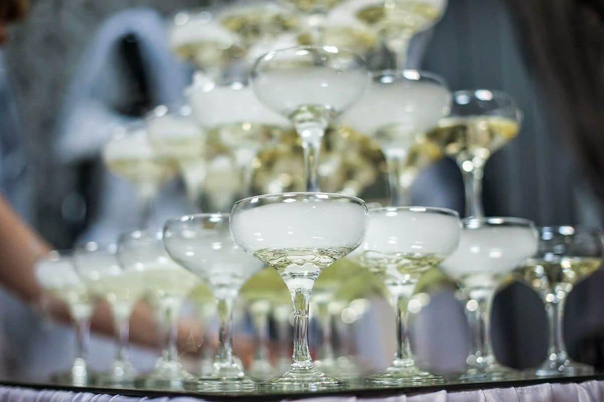 Келихи для шампанського: які повинні бути, як правильно тримати фужери, красиві келихи-тюльпан набори