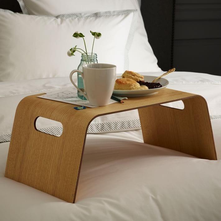 Підноси для сніданку в ліжко: функції і цікаві особливості, різноманітність видів, матеріали, рекомендації